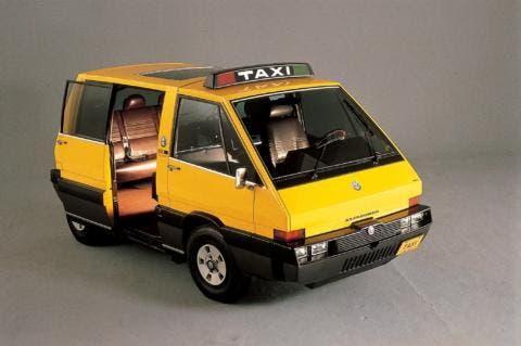 Il Taxi ha porta scorrevole e tetto in vetro.