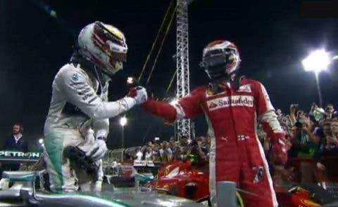 Una stretta di mano al vincitore, la Ferrari è li.