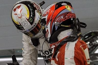 Raikkonen si fa vedere da Hamilton, non solo negli specchietti.
