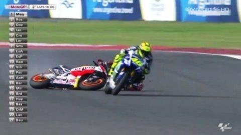 Marquez a terra dopo il contatto con Rossi