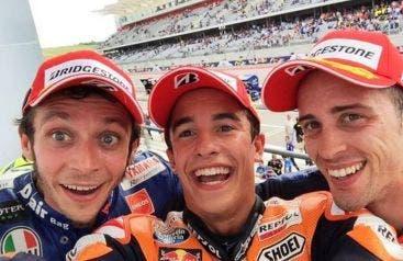 Selfie dal podio. Marquez, Dovizioso e Rossi.