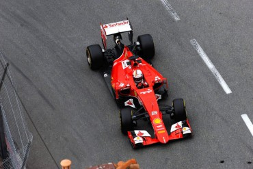 Vettel sulla sua Ferrari a Monaco.