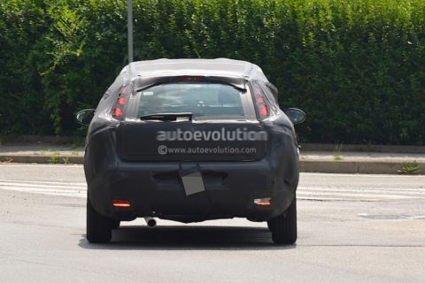 2016-fiat-bravo-replacement-spied-in-italy-dressed-in-grande-punto-clothes_4