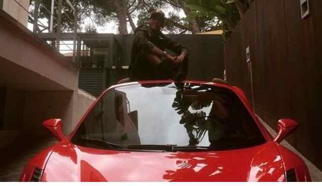 Neymar accusato dal fisco, lui si regala una Ferrari