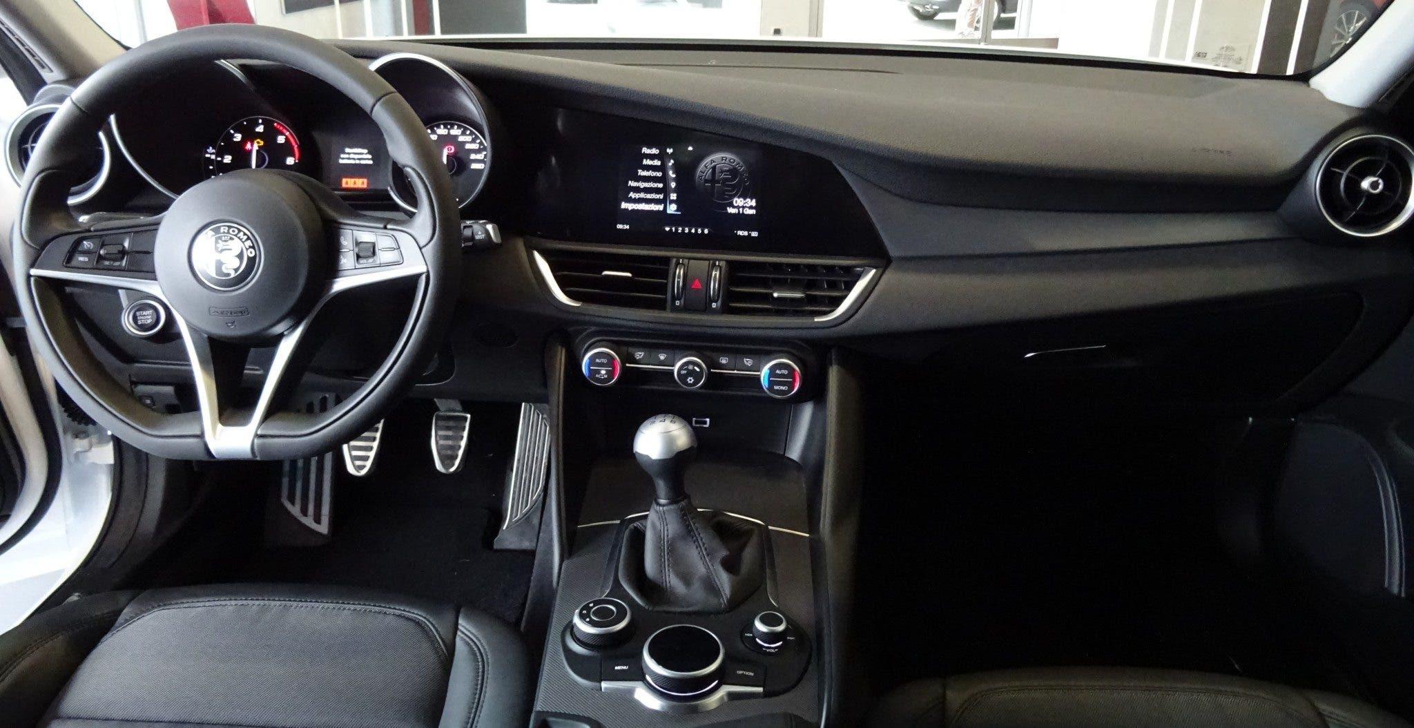 Club Alfa Romeo Giulia interni plancia