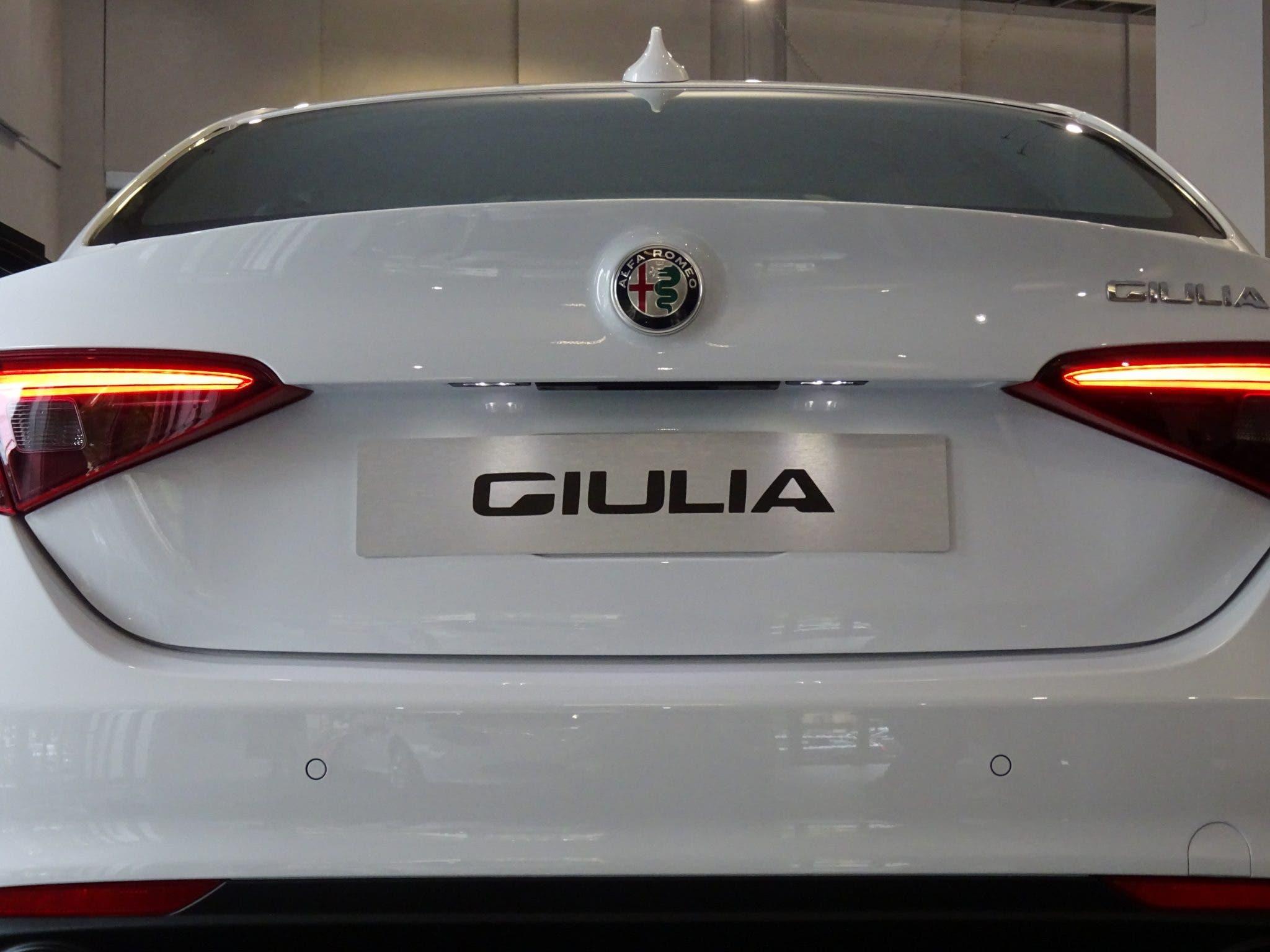 Club Alfa Romeo Giulia posteriore portello