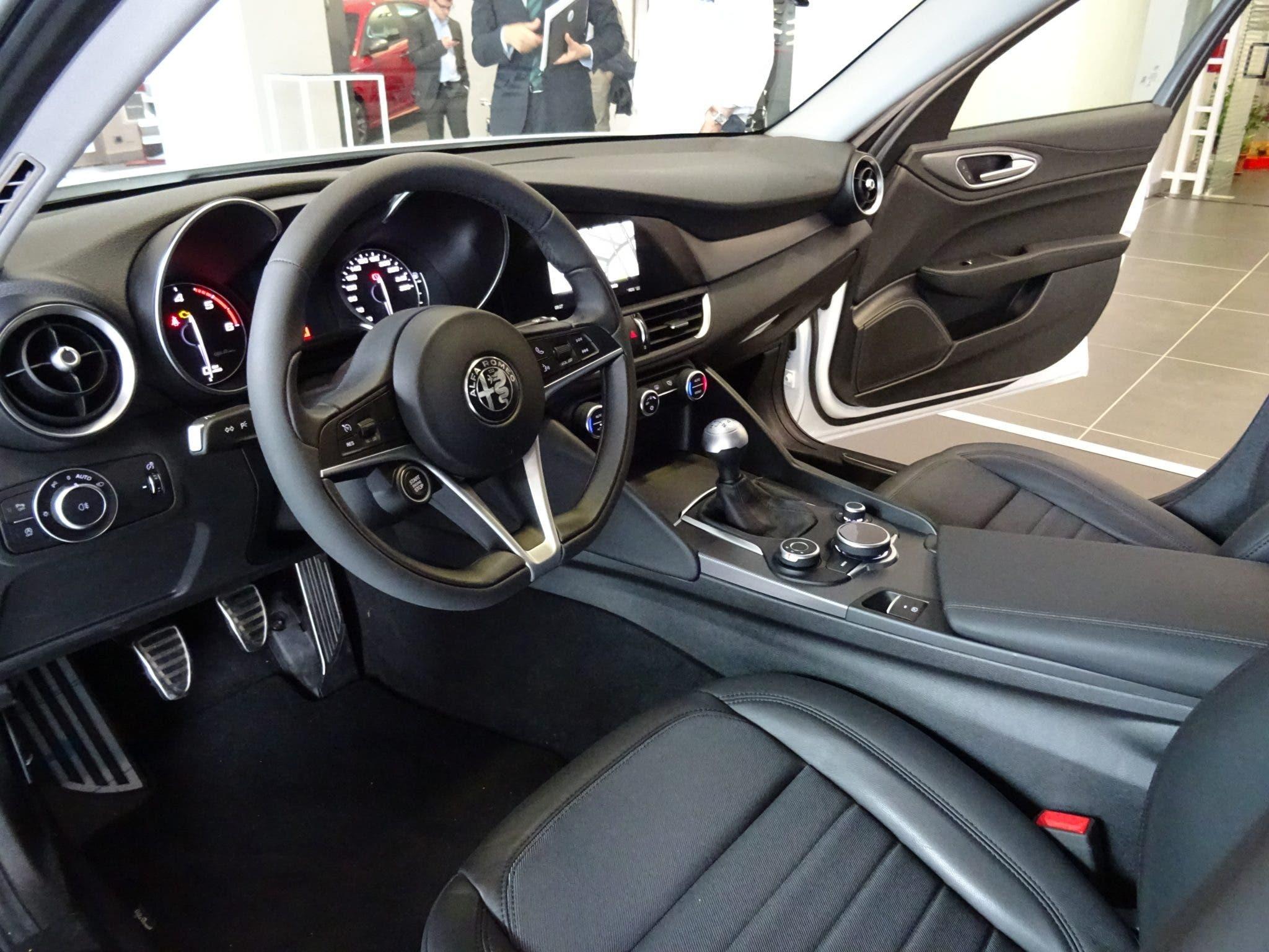 Club Alfa Romeo Giulia interni volante