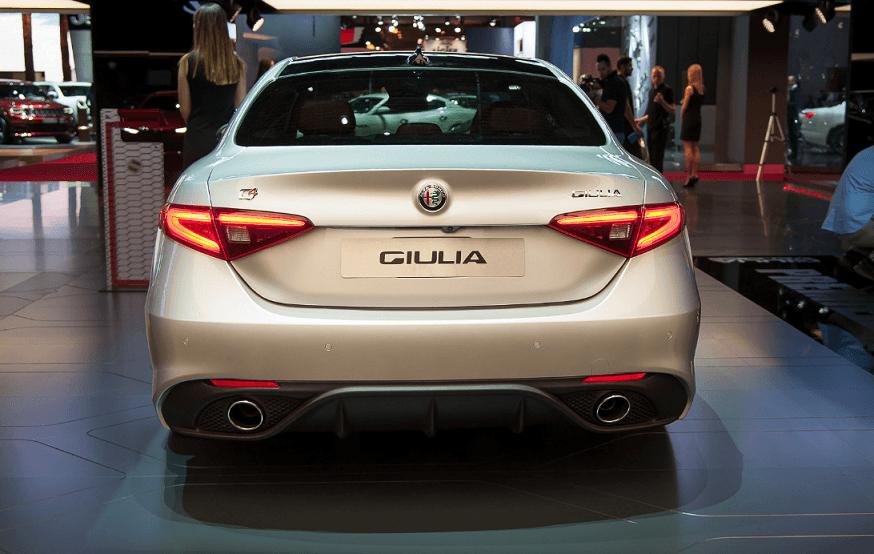 Alfa Romeo Giulia in allestimento Veloce al Salone di Parigi 2016
