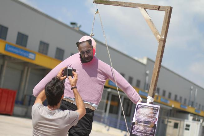 Fiat: reintegrati i 5 operai licenziati per la finta impiccagione di Marchionne