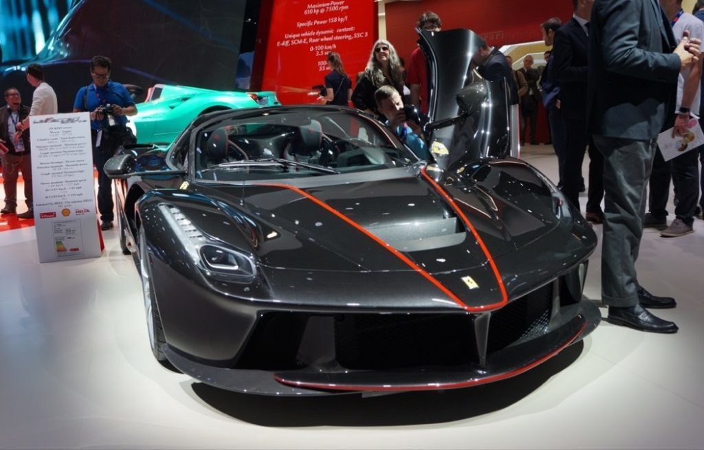 ferrari protagonista a parigi con la nuova laferrari aperta. Black Bedroom Furniture Sets. Home Design Ideas