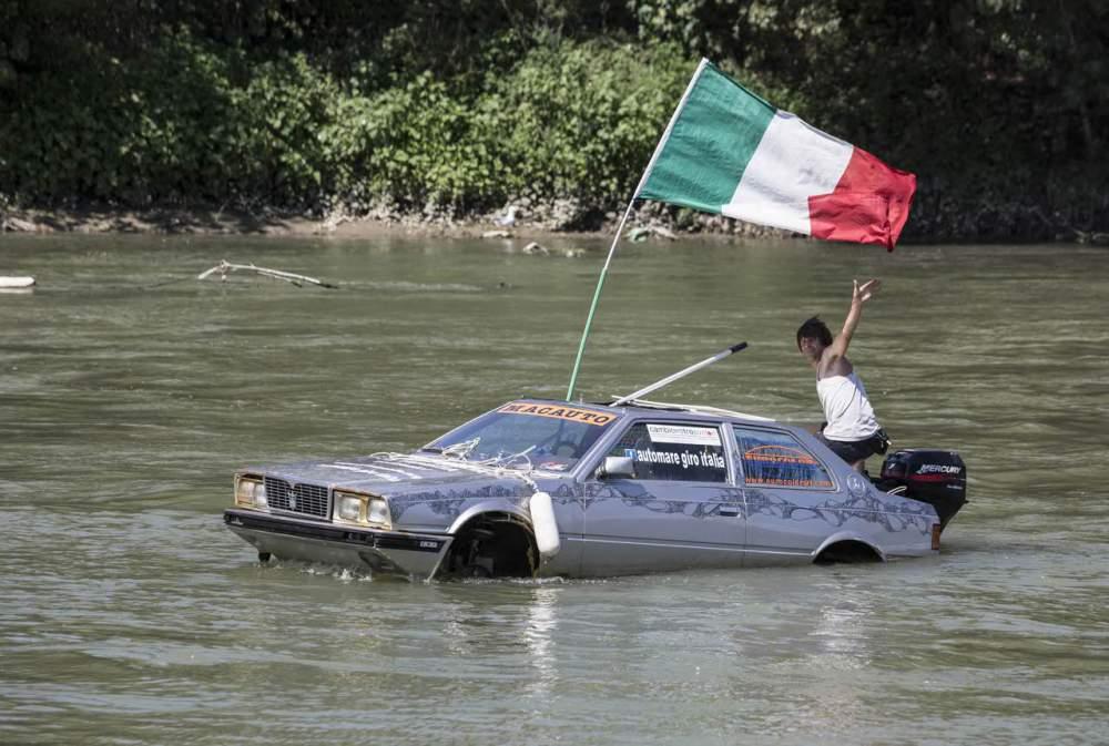 Maserati Biturbo degli anni '80 naviga nelle acque di Trani