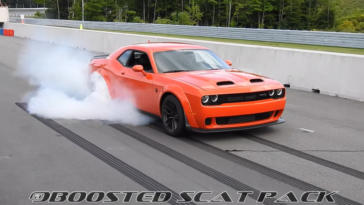 Dodge Challenger SRT Hellcat Redeye bornout video