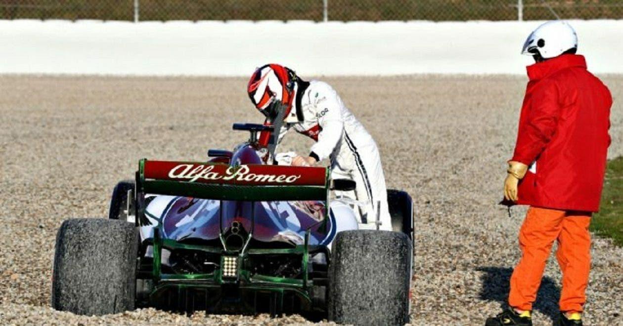 Raikkonen finisce nella sabbia con la sua Alfa Romeo ...
