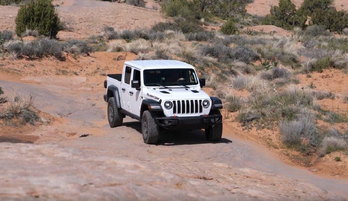 Jeep Gladiator vs Chevy Colorado ZR2 Bison video