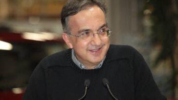 Sergio Marchionne sorridente in pullover nero