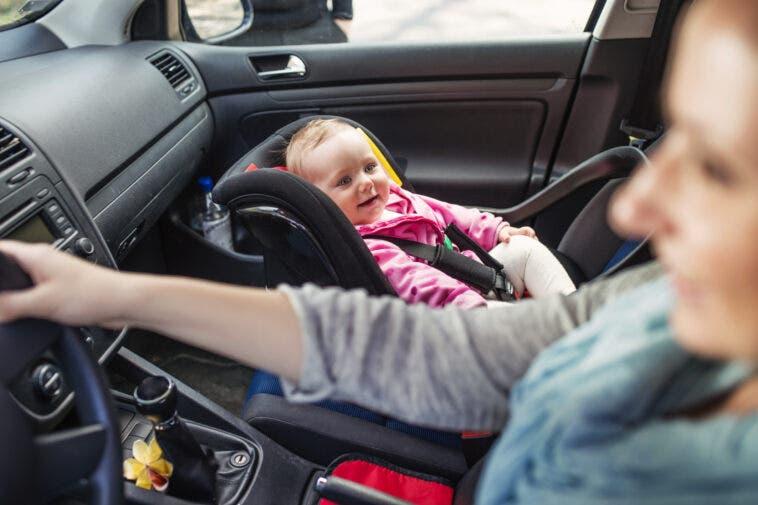 Seggiolino in auto con mamma