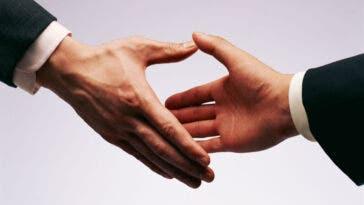 conciliazione assicurazione auto stretta di mani