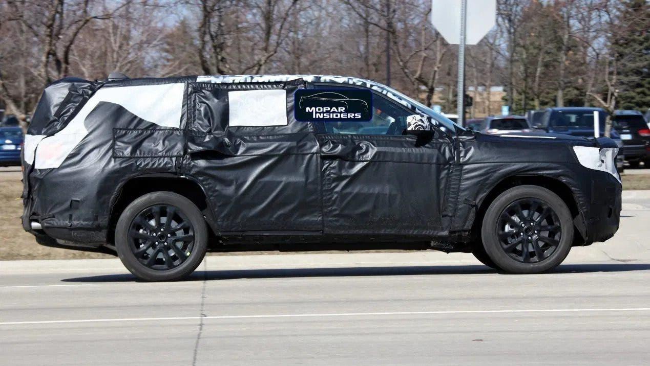 Jeep Grand Cherokee 2021 tre file foto spia