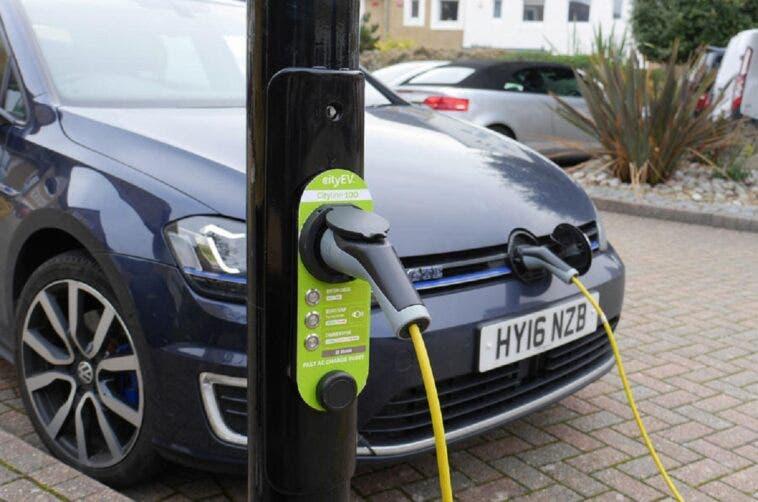 City EV colonnine di ricarica lampioni auto elettriche