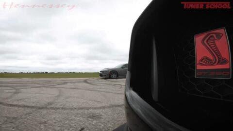 Dodge Charger SRT Hellcat vs Ford Shelby GT350 sovralimentata drag race