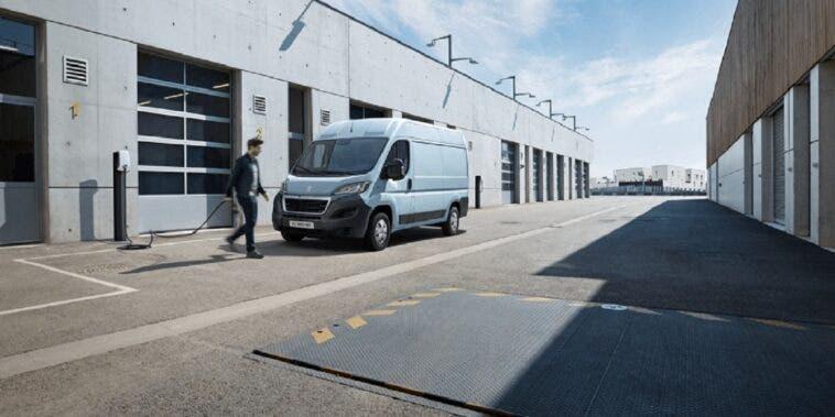Peugeot presenta il suo nuovo furgone elettrico e-Boxer mentre PSA mantiene la promessa di elettrificare l'intera linea di veicoli commerciali
