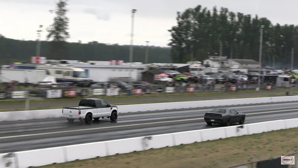 Dodge Challenger SRT Hellcat vs Ford F250 drag race
