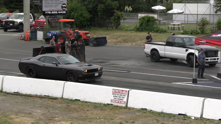 Dodge Challenger SRT Hellcat vs Ford F250 drag race