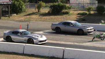 Dodge Challenger SRT Hellcat vs Viper drag race