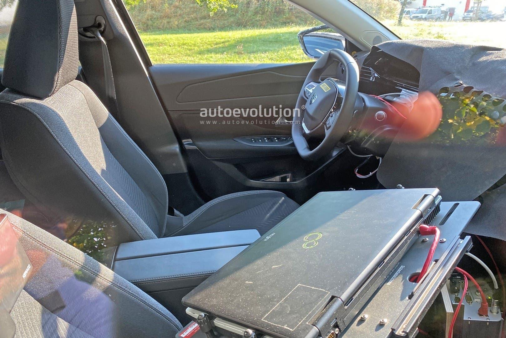 Nuova Peugeot 308 prime foto spia