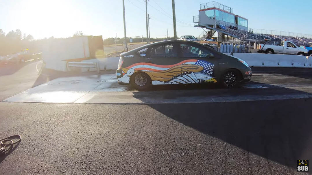Dodge Challenger SRT Hellcat Widebody vs Toyota Prius drag race