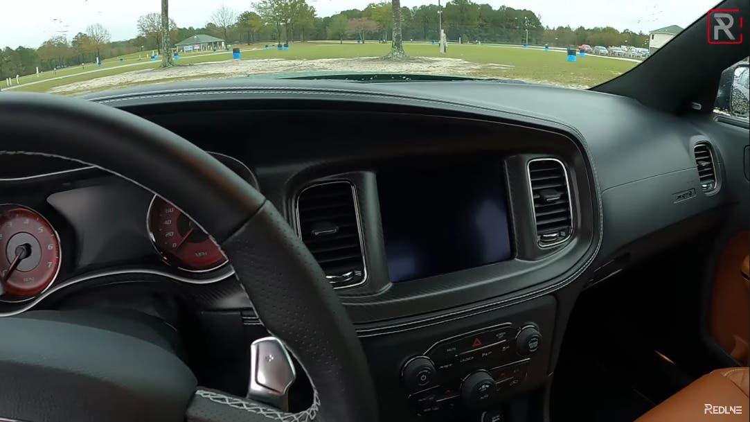 Dodge Charger SRT Hellcat Redeye prova asfalto umido