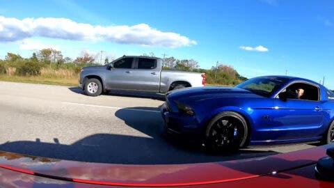 Dodge Challenger SRT Hellcat vs Ford Mustang GT drag race
