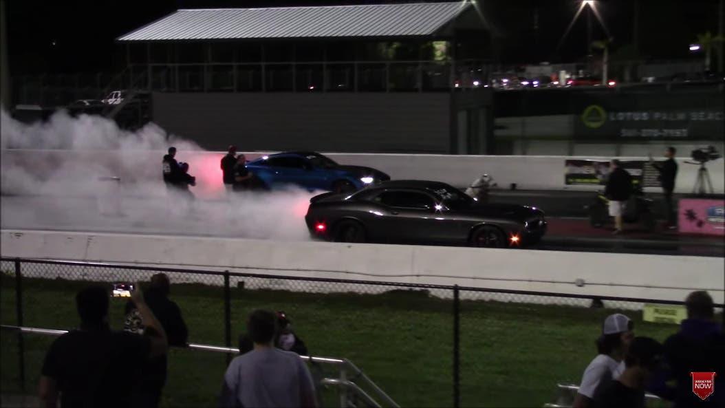 Dodge Challenger SRT Hellcat vs Ford Mustang Shelby GT500 drag race