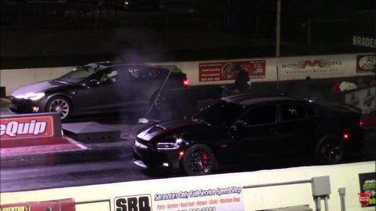 Dodge Charger 392 vs Tesla Model S drag race