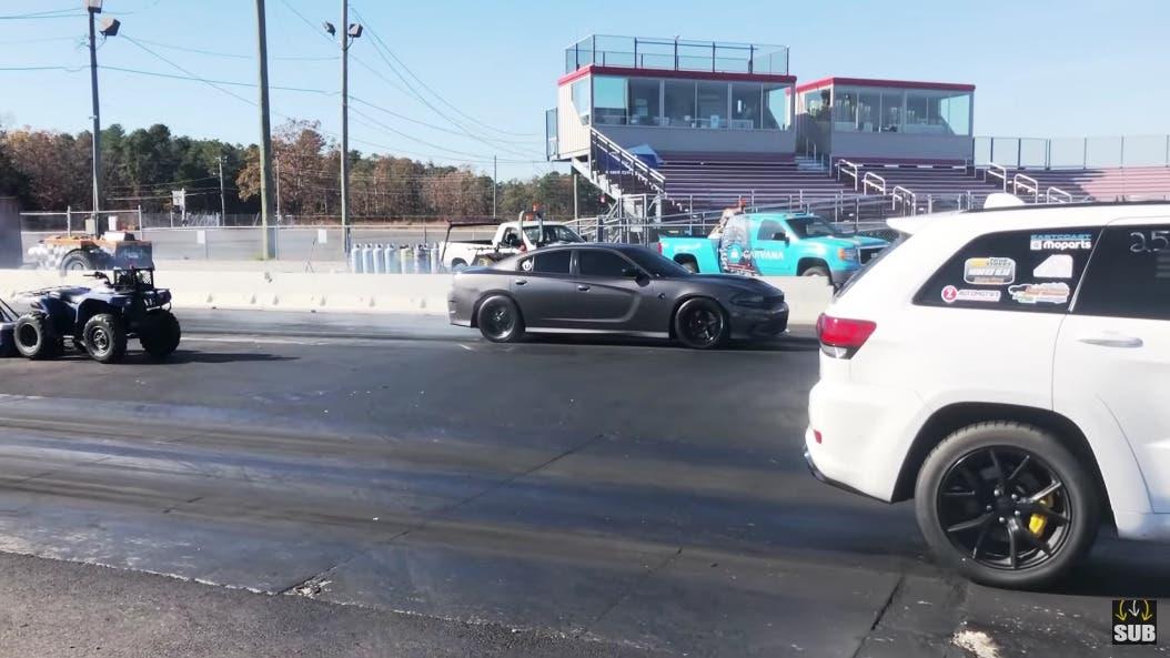 Dodge Charger R/T vs Jeep Grand Cherokee Trackhawk drag race