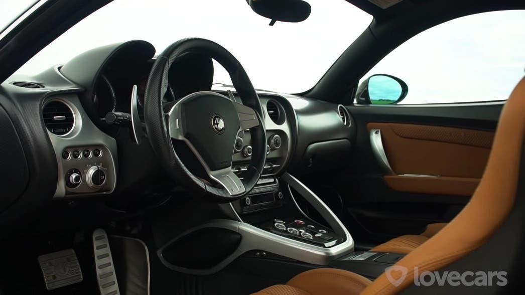 Alfa Romeo 8C Competizione vs Chevrolet Corvette C7 drag race