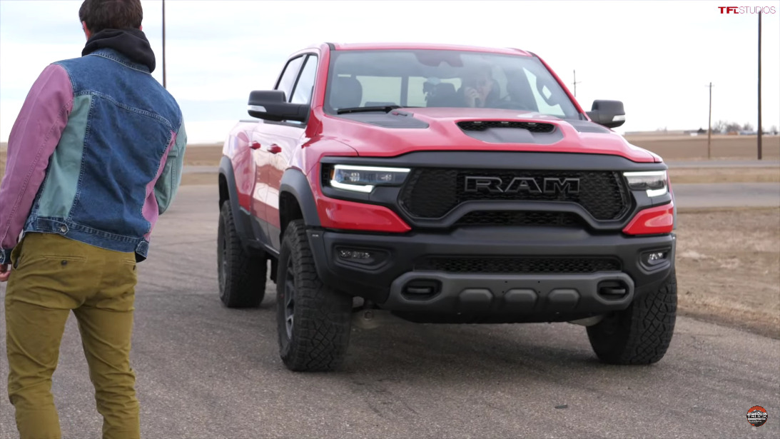 Ram 1500 TRX vs Tacom originale drag race
