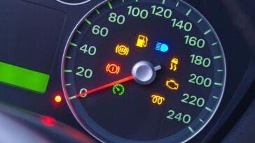 Regno Unito automobilisti ignorano spie rosse auto