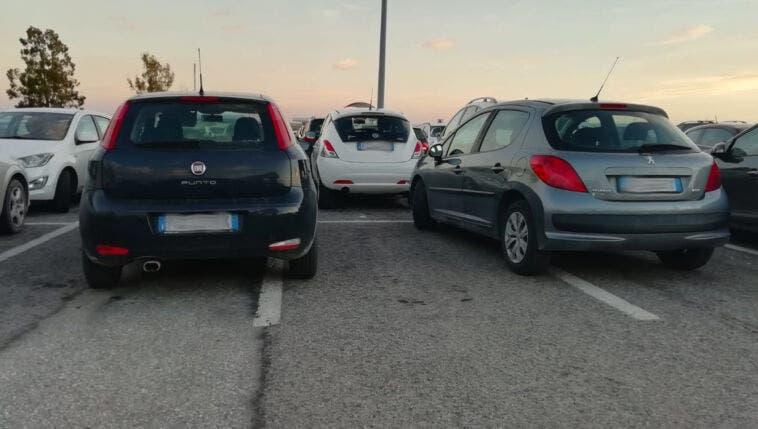 parcheggio a cavallo delle strisce