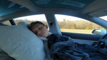 star-tiktok-dorme-tesla-autopilot-guida