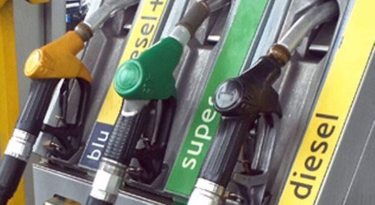 Caro-carburanti accende l'inflazione