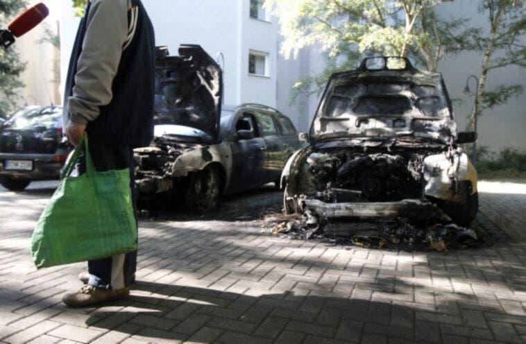 Ecologisti bruciano un'auto al giorno