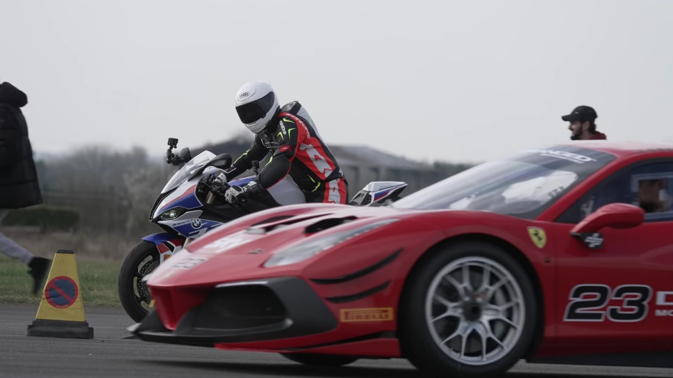 Ferrari 488 Challenge Evo vs BMW S 1000 RR drag race