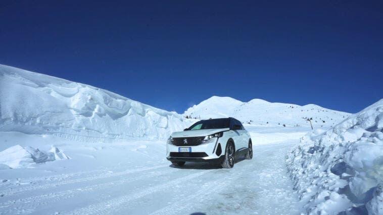 Nuovo Peugeot 3008 Hybrid4 trazione integrale