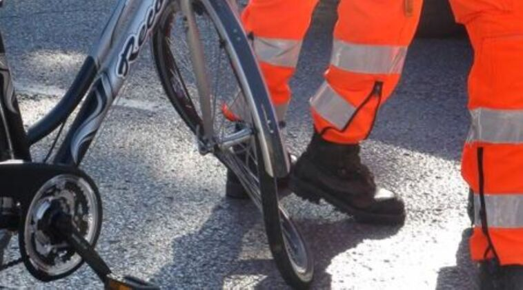 Apre lo sportello e fa cadere un ciclista omicidio colposo