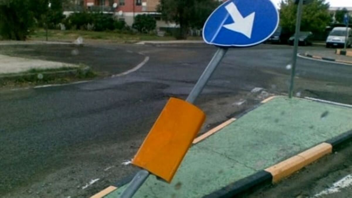 Auto abbatte la segnaletica