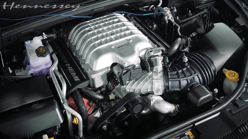 Dodge Durango SRT Hellcat vs Chevrolet Corvette C8 drag race