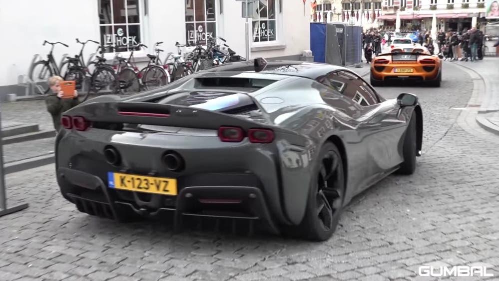 Ferrari SF90 Stradale esemplare grigio