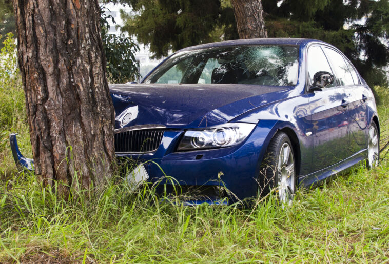 auto contro albero