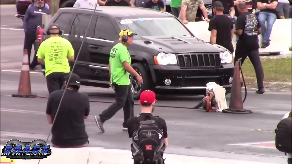 Jeep Grand Cherokee SRT8 vs Chevrolet Camaro drag race
